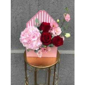 Aranjament Floral In Cutie Plic cu trandafiri rosii, hortensie si lisianthus