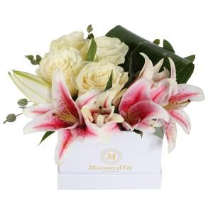 Cutie cu crini roz si trandafiri albi