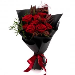 Buchet de flori cu trandafiri rosii si leucadendron