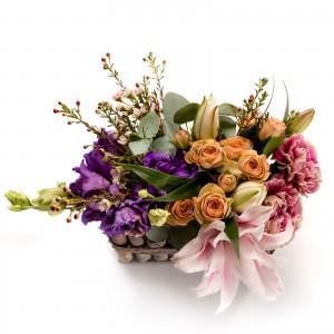 Aranjament floral in cos cu lisianthus mov