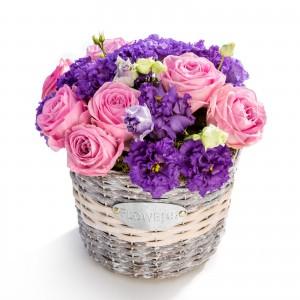 Aranjament floral in cos din trandafiri roz, lisianthus mov