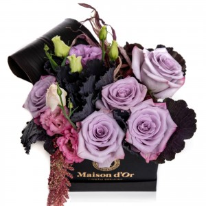Cutie cu trandafiri lila si lisianthus roz