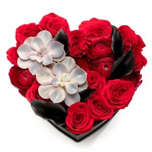 Cutie inima cu ranunculus si trandafiri rosii