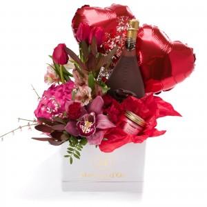 Cutie cu lalele, alstroemeria, minirosa, lumanare parfumata, Bottega Nero Liquore al Cioccolato si baloane in forma de inima
