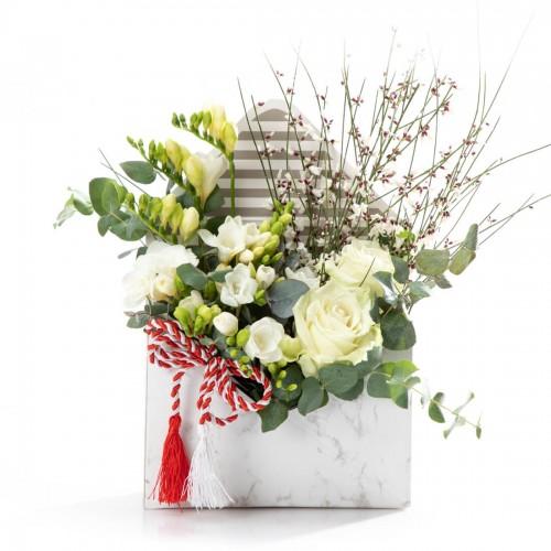 Aranjament floral in cutie plic cu trandafiri si frezii albe
