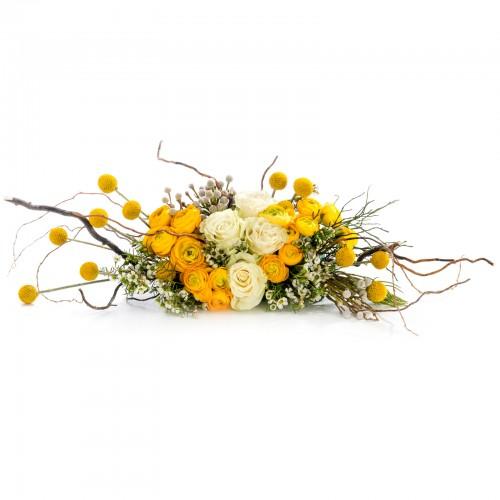 Aranjament prezidiu din trandafiri albi si ranunculus
