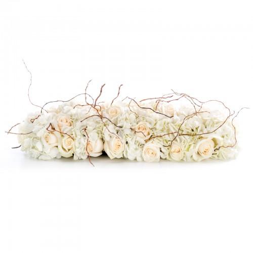 Aranjament prezidiu din trandafiri crem si hortensii albe