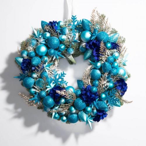Coronita de Craciun din brad natural si globuri albastre