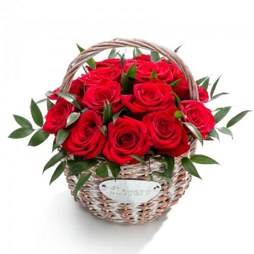 Aranjament floral in cos din trandafiri rosii, ruscus