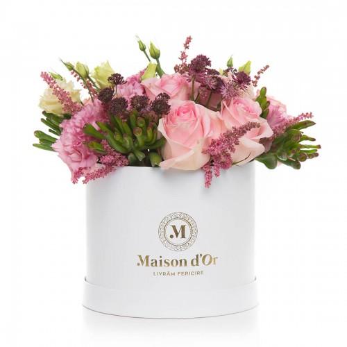 Aranjament floral cu astilbe si trandafiri roz