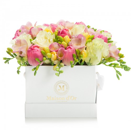 Cutie cu trandafiri si frezii