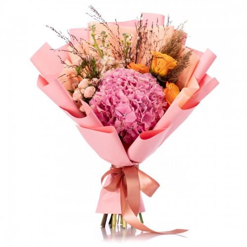 Buchet de flori cu hortensie roz si trandafiri portocalii