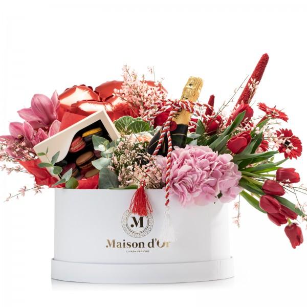 Cutie gigant cu lalele rosii, 2 lumanari parfumate, cutie cu 12 macarons si Moet & Chandon Brut Imperial - Pachet cadou 1-8 Martie