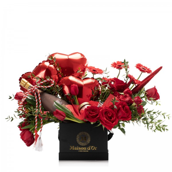Cutie cu trandafiri rosii, lumanare parfumata si Bottega Nero Liquore al Cioccolato - Pachet cadou 1-8 Martie