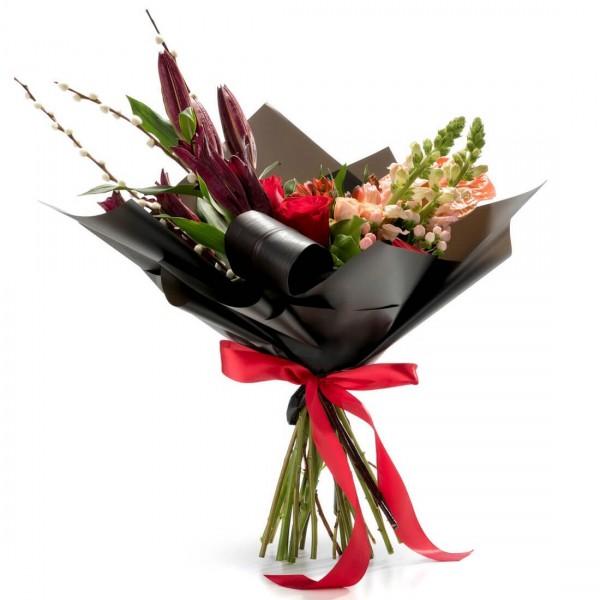 Bouquet of antirrhinum and hypericum flowers