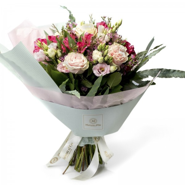 Bouquet of roses and pink lisianthus