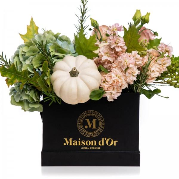Box with Matthiola, hydrangea and lisianthus