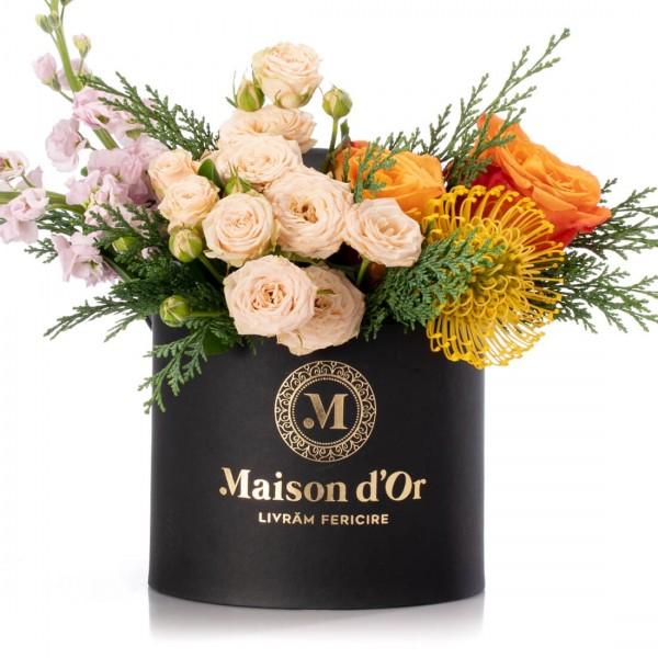 Box with mini cream cream, protea and orange roses - Christmas Collection