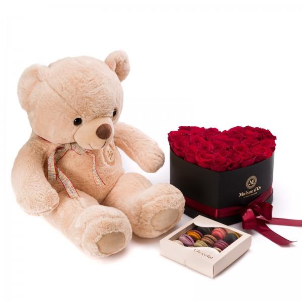 Cutie inima cu 33 trandafiri rosii, cutie cu 15 macarons si ursulet