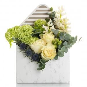 Aranjament floral in cutie plic cu trandafiri albi