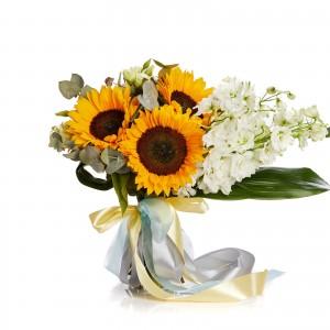 Buchet de flori cu delphinium si floarea soarelui