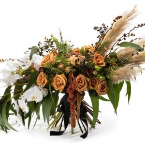 Buchet de flori cu trandafiri toffee si orhidee albe