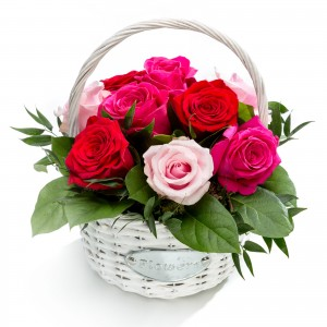 Aranjament floral in cos din trandafiri roz, ciclamen, rosii
