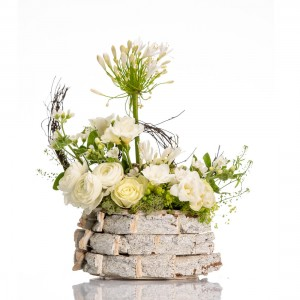 Aranjament floral in cos cu ranunculus