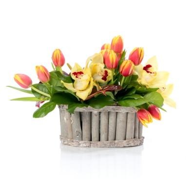 Aranjament floral in cos cu lalele