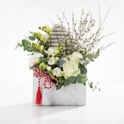 Aranjament floral in cutie plic cu trandafiri si frezii albe - Oferta Corporate
