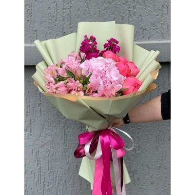 Buchet de flori cu bujori, hortesie si alstroemeria