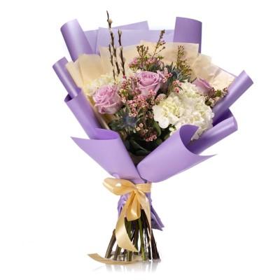 Buchet de flori cu hortensii albe si trandafiri lila