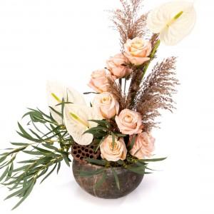 Aranjament floral compus din trandafiri si anthurium alb