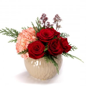 Aranjament floral cu trandafiri rosii si hortensie roz