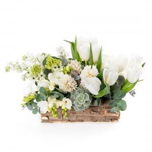 Aranjament floral in cos cu liliac si frezii albe