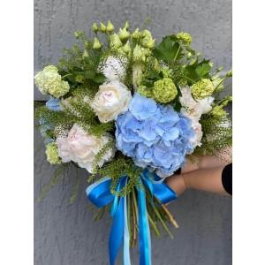 Buchet de flori cu bujori, hortensie si viburnum