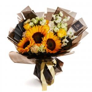 Buchet de flori cu trandafiri si floarea soarelui