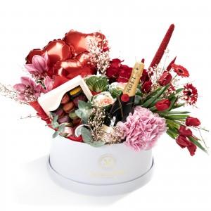 Cutie gigan cu lalele rosii, hortensii, trandafiri, cymbidium, 2 lumanari parfumate, cutie cu 12 macarons si Moet & Chandon Brut Imperial