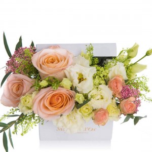 Cutie cu trandafiri si lisianthus crem