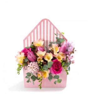 Aranjament floral in cutie plic cu zambile, lalele si frezii - Ofera corporate