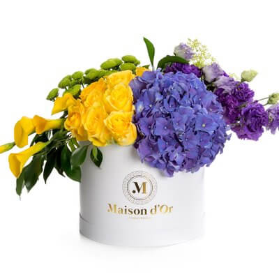cutie de flori care contine calle albe, lishianthus si hortensii mov si trandafiri galbeni